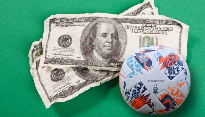 Escasez. El fútbol argentino ofrece contratos en dólares poco tentadores: por eso muchos futbolistas se van, ya no a Inglaterra o España, sino a países vecinos.