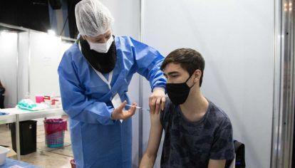 """Variante Delta: para Hugo Pizzi, """"hay que vacunar hasta los fines de semana"""""""