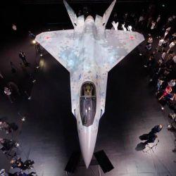 Según el medio Sputnik, el nuevo avión ha sido desarrollado por la oficina de diseño Sukhoi y utiliza tecnologías del caza bimotor pesado Su-57.