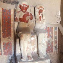 Entre las tumbas se encuentra la de Amenemhat, un orfebre del dios Amón, que aparece sentado junto a su esposa y con uno de sus hijos tallado entre sus piernas