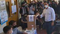 El gobernador Gustavo Valdés, votando este domingo en Corrientes.