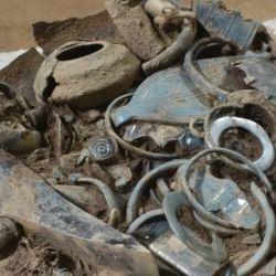 También encontraron herramientas agrícolas, de artesanía y numerosas armas.