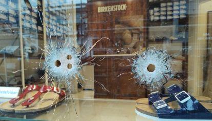 Los cuatro orificios de bala en la vidriera del local de la calle Armenia al 1700 (Foto: @domenech_news)s