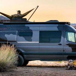 Fabricado por el especialista Outside Van, el camper ofrece un interior muy práctico y completo.