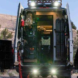 La parte trasera cuenta con un espacio de almacenamiento destinado especialmente a armas, municiones y demás equipo de caza.
