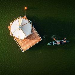 A las carpas solo se accede mediante una embarcación.