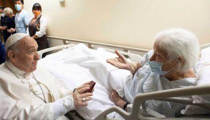 El papa en el hospital, visitando a otros pacientes.