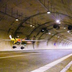 Casi en la oscuridad y rodeado de cerca por el arco de hormigón de las paredes, Costa ejecutó un despegue complicado dentro del primer túnel.