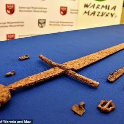 La espada data de la Edad Media y probablemente tuvo una empuñadura hecha de hueso, madera o asta.