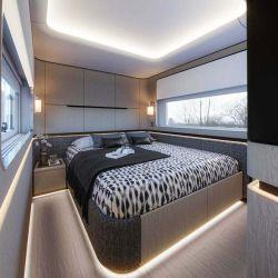 El dormitorio promete un descanso asegurado con una cama tamaño king size.