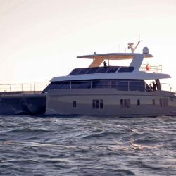 El modelo es el catamarán insignia de la marca, que estará equipado con motores eléctricos.