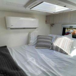 Pasando la zona comedor tenemos el dormitorio, que incluye una amplia cama para dos personas.