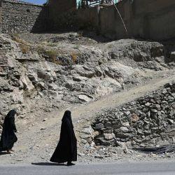 Mujeres afganas caminan por una carretera en Kabul. | Foto:Wakil Kohsar / AFP