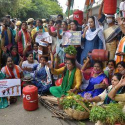 Miembros del Comité del Congreso de Karnataka realizan una manifestación para protestar contra el gobierno por la reciente subida de los precios del combustible en Bangalore. | Foto:Manjunath Kiran / AFP