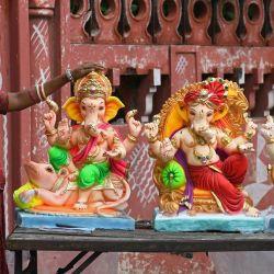 Un vendedor de ídolos del dios hindú con cabeza de elefante Ganesha, espera a los clientes en la víspera del festival Ganesh Chaturthi en Amritsar. | Foto:Narinder Nanu / AFP