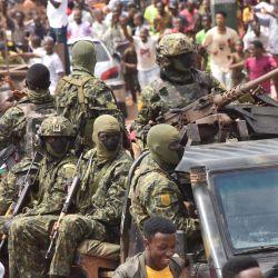 La gente celebra en las calles con miembros de las fuerzas armadas de Guinea tras la detención del presidente de Guinea, Alpha Conde, en un golpe de estado en Conakry. | Foto:Cellou Binani / AFP