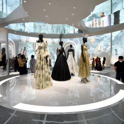 Los invitados asisten al cóctel de inauguración de la exposición Christian Dior Designer of Dreams en el Museo de Brooklyn en la ciudad de Brooklyn.. | Foto:Ilya S. Savenok / Getty Images for Dior / AFP