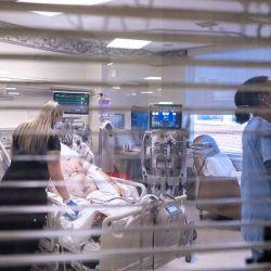 Trabajadores de la salud atienden a un paciente en un ventilador en la Unidad de Cuidados Intensivos de Baptist Health Floyd en New Albany, Indiana. | Foto:Jon Cherry / Getty Images / AFP
