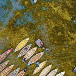 Imagen de personas visitando el mercado tradicional de botes, en Dhaka, Bangladesh. Los botes se utilizan ampliamente como embarcaciones en áreas rurales durante esta temporada. | Foto:Xinhua / Mustasinur Rahman Alvi / ZUMAPRESS