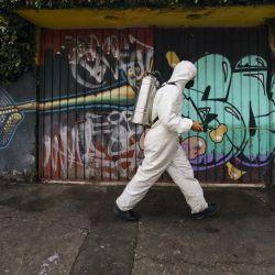 Un trabajador desinfecta una calle para evitar la propagación de la enfermedad del nuevo coronavirus (COVID-19), en la Ciudad de México, capital de México. | Foto:Xinhua / Luis Licona