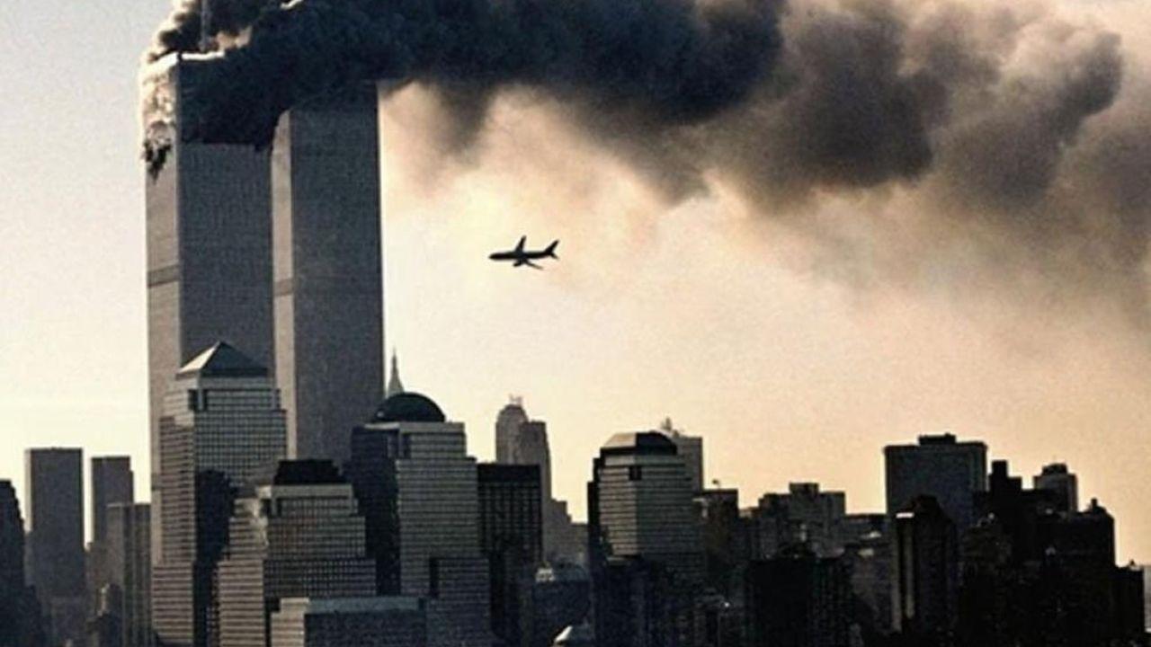 Vuelo 175 de United Airlines momentos antes de estrellarse en la torre sur del World Trade Center, el 11 de septiembre del 2001. | Foto:EFE