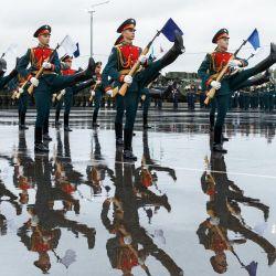 En esta foto soldados de la guardia de honor rusa actúan durante la ceremonia de apertura del ejercicio estratégico conjunto  | Foto:Vadim Savitsky / Ministerio de Defensa de Rusia / AFP
