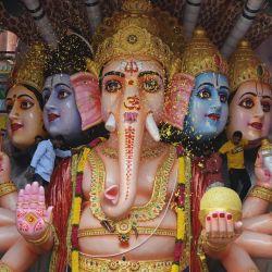 Los devotos esparcen pétalos de flores sobre un ídolo de 40 pies de altura del dios hindú Ganesha con cabeza de elefante durante el festival Ganesh Chaturthi en Hyderabad. | Foto:Noah Seelam / AFP