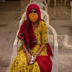 Una mujer espera su turno para ser inoculada con una dosis de la vacuna Covaxin contra el coronavirus Covid-19, en un centro de vacunación temporal instalado dentro de una escuela en Mumbai.   Foto:Punit Paranjpe / AFP