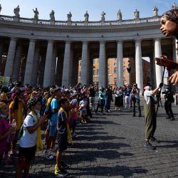 La gente se reúne mientras  | Foto:Tiziana Fabi / VATICAN MEDIA / AFP