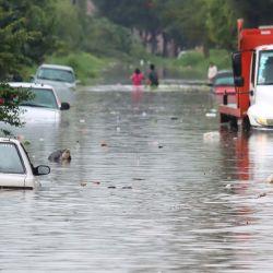 La gente vadea a lo largo de una calle inundada después de las fuertes lluvias en Tlaquepaque, estado de Jalisco, México.   Foto:Ulises Ruiz / AFP