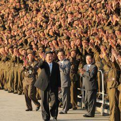 Esta foto muestra al líder norcoreano Kim Jong Un participando en una sesión de fotos con los participantes en el desfile militar en Pyongyang.   Foto:STR / varias fuentes / AFP
