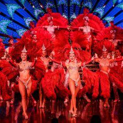 Los bailarines actúan en el escenario durante un ensayo en traje de gala en el Moulin Rouge de París, antes de la reapertura del cabaret tras un cierre de 18 meses por la pandemia del COVID-19. | Foto:Christophe Archambault / AFP