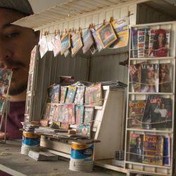 Yosafat Delgado, diseñador gráfico, sostiene un puesto de periódicos en tamaño miniatura, en la Ciudad de México, capital de México. Yosafat se quedó sin trabajo debido a la pandemia de la enfermedad del nuevo coronavirus (COVID-19), su antigua profesión era construir sets para la industria cinematográfica y ahora decidió seguir trabajando pero a manera de pasatiempo y en tamaño miniatura.    Foto:Xinhua / Salvador Chávez