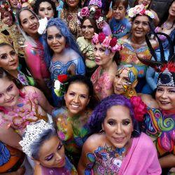 Mujeres que fueron víctimas del cáncer de mama posan para una foto durante la quinta edición de  | Foto:Ulises Ruiz / AFP