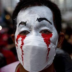 Un manifestante antigubernamental es fotografiado con la cara pintada en Bangkok, mientras los activistas piden la dimisión del primer ministro de Tailandia, Prayut Chan-O-Cha, por la gestión gubernamental de la crisis del coronavirus Covid-19. | Foto:Jack Taylor / AFP