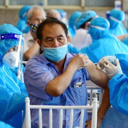 Un hombre recibe la vacuna contra el coronavirus Covid-19 de AstraZeneca en Hanoi. | Foto:Nhac Nguyen / AFP