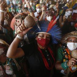 Mujeres indígenas reaccionan en el campamento de la marcha de mujeres indígenas mientras acompañan la votación de la sesión del Supremo Tribunal Federal que definirá el futuro de la demarcación de las tierras indígenas, en Brasilia, Brasil.   Foto:Xinhua / Lucio Tavora