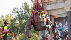"""La estatua del general Robert Lee fue desmontada en Virginia y no había """"capsula del tiempo"""" ni cofres secretos en su estructura."""