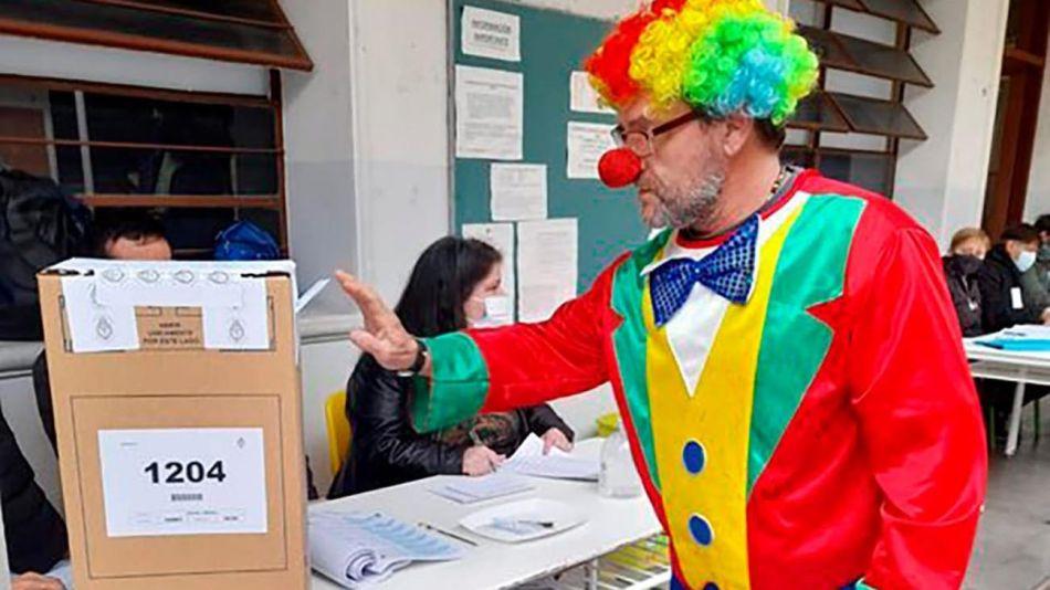 Gente votando disfrazada 20210912