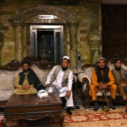 Los combatientes talibanes se sientan dentro de la casa del señor de la guerra afgano Abdul Rashid Dostum en el barrio de Sherpur de Kabul. - Los combatientes talibanes han tomado la lujosa mansión de Kabul de uno de sus más feroces enemigos: el señor de la guerra y ex vicepresidente fugitivo Dostum.   Foto:Wakil Kohsar / AFP