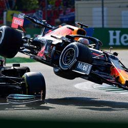 El piloto británico de Mercedes, Lewis Hamilton, y el piloto holandés de Red Bull, Max Verstappen, chocan durante el Gran Premio de Italia de Fórmula Uno en el circuito Autodromo Nazionale de Monza.   Foto:Andrej Isakovic / AFP