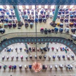 En la foto se ven personas reuniéndose para una oración en la Mezquita Nacional Baitul Mokarram, en Barishal, Bangladesh.   Foto:Xinhua / Mustasinur Rahman Alvi / ZUMAPRESS