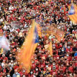 Personas agitan banderas catalanas independentistas durante una manifestación que marca la    Foto:Josep Lago / AFP