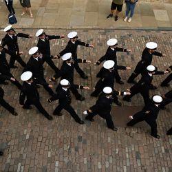 La tripulación del HMS Albion de Gran Bretaña participa en la ceremonia de la Cuota de los alguaciles en Londres. - La ceremonia de la cuota de los alguaciles se remonta al siglo XIV, cuando los barcos que se dirigían a la ciudad debían atracar en el muelle de la Torre para descargar una parte de la carga para los alguaciles como forma de peaje.   Foto:Ben Stansall / AFP
