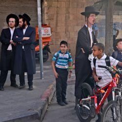 Judíos ultraortodoxos se reúnen fuera del lugar de un ataque de apuñalamiento, en Jerusalén. - Un hombre palestino apuñaló a dos israelíes en Jerusalén antes de ser disparado por un agente de la policía de fronteras, dejando a los tres heridos, dijeron la policía y los médicos.   Foto:Menahem Kahana / AFP