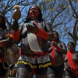 Mujeres indígenas de la tribu Xikrin son vistas durante una manifestación por la demarcación de tierras indígenas en Brasilia.   Foto:Carl De Souza / AFP
