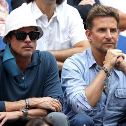 Los actores Brad Pitt y Bradley Cooper observan el partido final de singles masculino entre Daniil Medvedev de Rusia y Novak Djokovic de Serbia en la decimocuarta jornada del US Open 2021.   Foto:Matthew Stockman / Getty Images/AFP