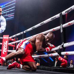 El exboxeador profesional estadounidense Evander Holyfield cae durante una pelea con el artista marcial brasileño Vitor Belfort durante un combate de boxeo en el Hard Rock Live en Hollywood, Florida.   Foto:Chandan Khanna / AFP
