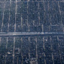 Una vista aérea luego de los incendios forestales desde el Air Force One, en Long Beach, California. | Foto:Brendan Smialowski / AFP