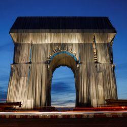 La fotografía muestra el Arco del Triunfo, en París, envuelto en tela azul plateada tal y como fue diseñado por el difunto artista Christo. - El Arco del Triunfo de París ha comenzado a ser envuelto en tela azul plateada como homenaje póstumo al artista Christo, que soñó con el proyecto durante décadas. | Foto:Geoffroy Van Der Hasselt / AFP